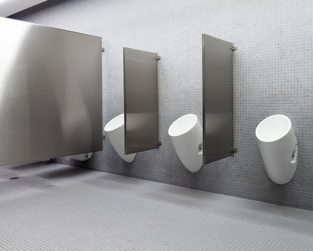 소변기가있는 공중 화장실