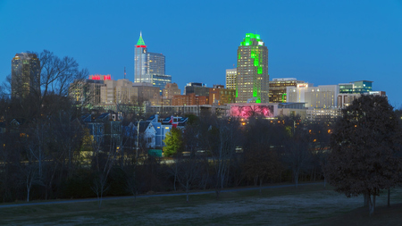 December 2017. View on Downtown Raleigh, NC USA at dusk during winter holidays Zdjęcie Seryjne - 93105772