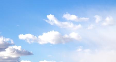 the sky clear: nubes del cielo azul