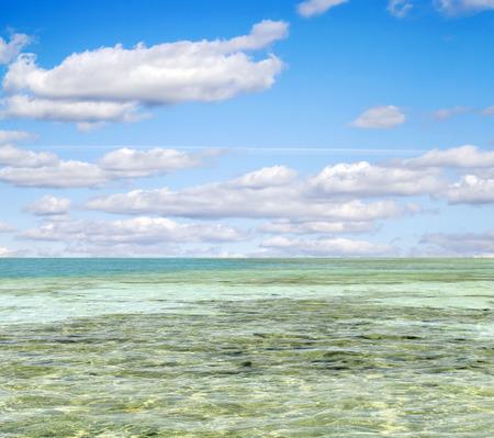 cielo despejado: mar turquesa contra el cielo con nubes