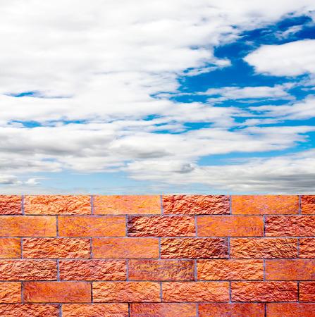 Zaun Von Dekorativen Roten Backsteinmauer Gegen Den Blauen Himmel Photo