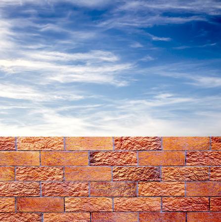 Zaun Der Dekorativen Roten Backsteinmauer Gegen Den Blauen Himmel Photo