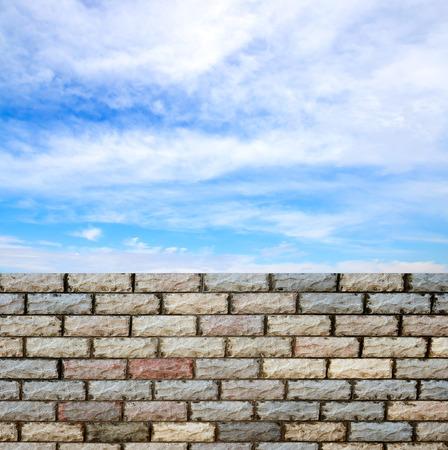 Lovely Dekorative Ziegelmauer Wand Gegen Blauen Himmel Photo