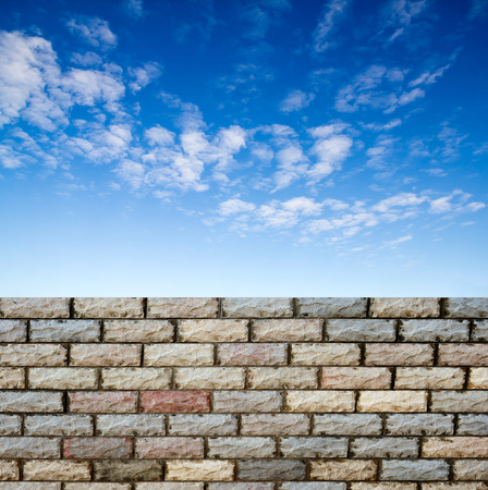 Charming Dekorative Ziegelmauer Wand Gegen Blauen Himmel Photo
