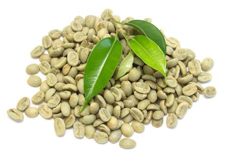 白い背景 - コーヒー豆の上の緑のコーヒー豆