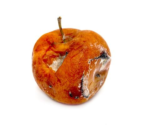 bedorven rotte appel op een witte achtergrond Stockfoto