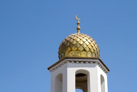 prayer tower: Musulmana torre preghiera sullo sfondo del cielo Archivio Fotografico