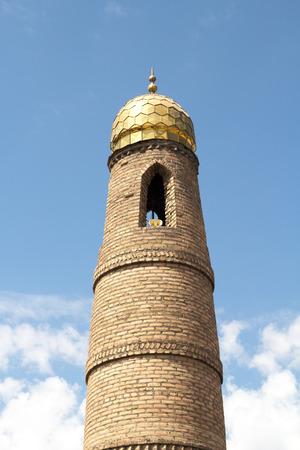 prayer tower: Muslim torre preghiera sullo sfondo del cielo Archivio Fotografico