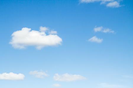 Ciel bleu avec des nuages Banque d'images - 34265030