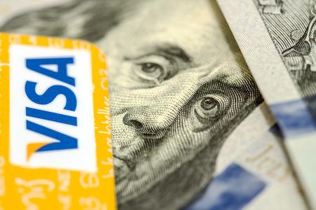 tarjeta visa: Petropavlovsk, Kazajst�n - 07 de abril 2015: Foto de la tarjeta de cr�dito VISA con d�lares americanos