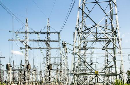 energia electrica: Cables eléctricos en una central eléctrica
