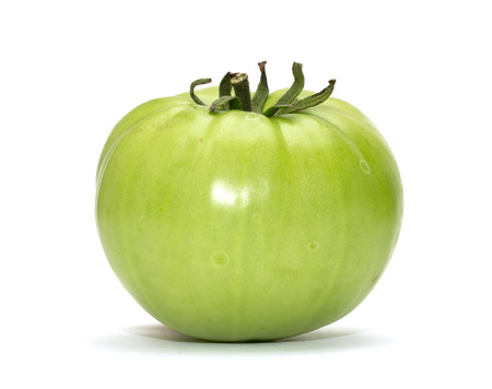 白い背景の上の緑のトマト