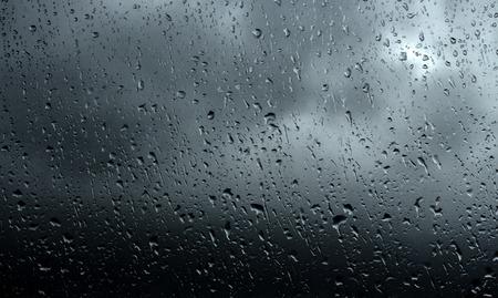 kropla deszczu: Drops of rain on glass