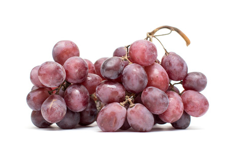uvas: un racimo de uvas en un fondo blanco