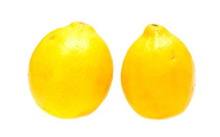 limón: dos limones sobre un fondo blanco