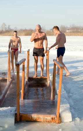 pila bautismal: PETROPAVLOVSK, de Kazajistán DE ENERO DE 19 de, 2015: El bautismo de Rusia celebración. Iglesia ortodoxa Santo Día de Reyes. El tiempo -25 Editorial