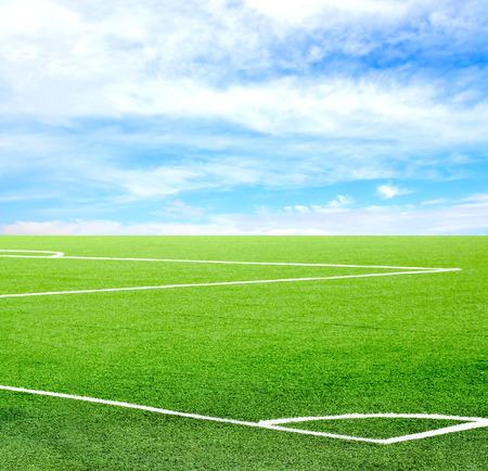 Fußballplatz gegen den Himmel Standard-Bild