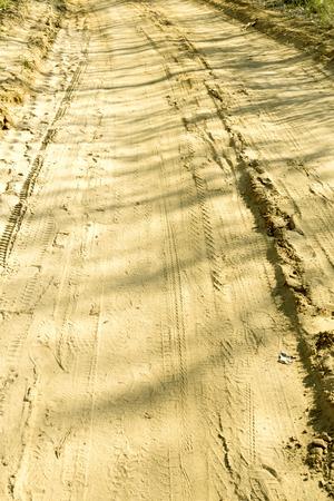 rodamiento: huella de la pisada del neum�tico en la arena Foto de archivo