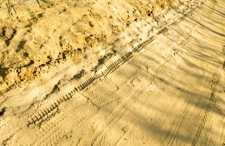 pisar: huella de la pisada del neumático en la arena Foto de archivo