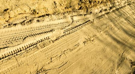 banda de rodamiento: huella de la pisada del neum�tico en la arena Foto de archivo