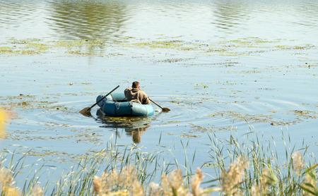 Fischer in einem Gummiboot, Angeln
