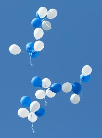 weißen und blauen Luftballons in den Himmel