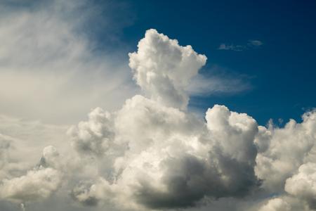 Donkere donderwolken krachtige cumulus