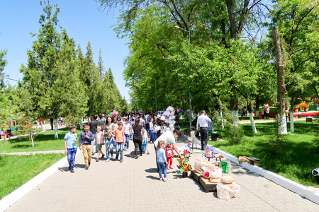 Shymkent, Kazakhstan, - May 9, 2017: Mass folk festivities in the park. Victory of the Red Army and the Soviet people in the Great Patriotic War of 1941-1945. Éditoriale