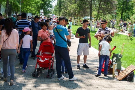 Mass folk festivities in the park. Редакционное