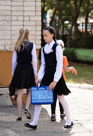 Petropavlovsk, Kazakhstan - 2 septembre 2017: la ligne scolaire est à l'école avec les élèves et les enseignants. Les enfants retournent à l'école. La journée du savoir au Kazakhstan, première journée d'école. Banque d'images - 85226197
