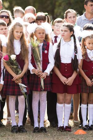 Petropavlovsk, Cazaquistão - 2 de setembro de 2017: linha escolar está na escola com alunos e professores. As crianças voltam para a escola. O dia do conhecimento no primeiro dia da escola no Cazaquistão.