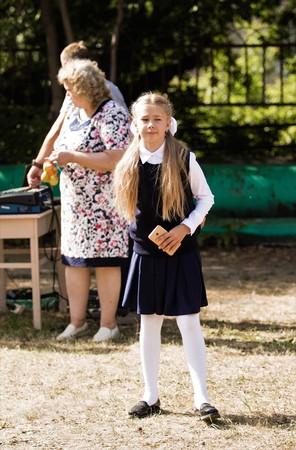 Petropavlovsk, Kazakhstan - 2 septembre 2017: la ligne scolaire est à l'école avec les élèves et les enseignants. Les enfants retournent à l'école. La journée du savoir au Kazakhstan, première journée d'école. Banque d'images - 85226437