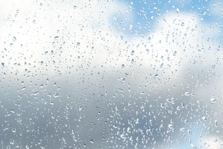 krople deszczu na szklanym tle nieba