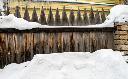 old wooden fence snow winter Banque d'images - 115754847