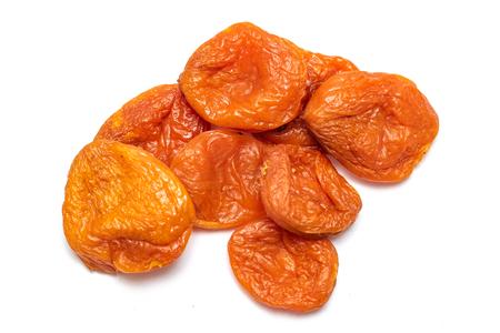 Getrocknete Aprikose Getrocknete Aprikosen, Nahaufnahme auf weißem Hintergrund.