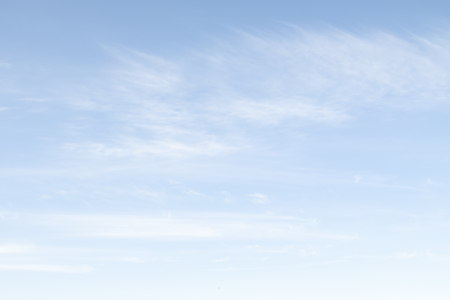 Overdag blauwe lucht met witte wolken. Hemelachtergrond Stockfoto