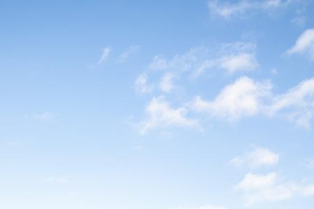 Błękitne niebo jako tło w pogodny dzień. Zdjęcie Seryjne