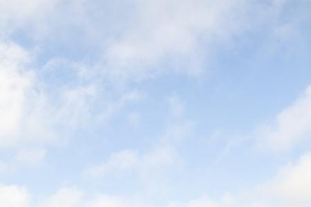 Białe puszyste chmury nie mają błękitnego nieba.