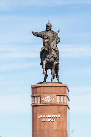 Petropavlovsk, Kazakhstan - June 3, 2019: Monument to the poet and commander Kozhabergen Zhyrau (1663–1763) at the entrance to the city of Petropavlovsk. Road street summer. Batyr on horseback, stone marble. Archivio Fotografico
