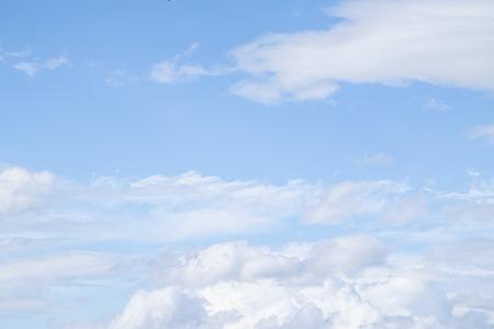 Weiße Wolken am blauen Himmel. Wolken werden in der Atmosphäre durch Kondensation von Wasserdampf suspendiert. Standard-Bild