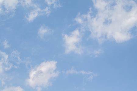 Blauwe lucht met witte wolken. Heldere zomerdag. Perfecte bureaubladachtergrond. Stockfoto