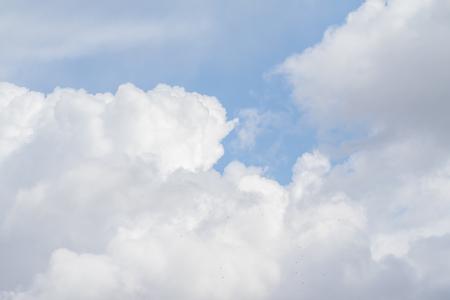 Nubes blancas contra el cielo azul, cielo del día del paisaje.