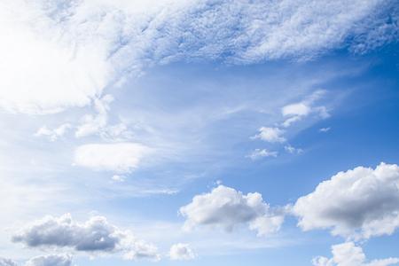 Nuages blancs dans le ciel bleu. Les nuages sont suspendus dans l'atmosphère par condensation de vapeur d'eau.