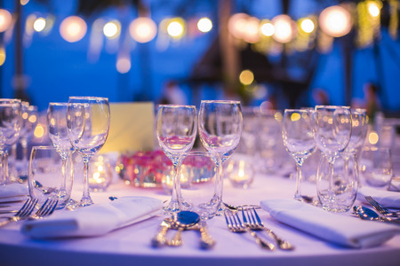 결혼식 피로연이나 이벤트에 대한 테이블 설정 스톡 콘텐츠