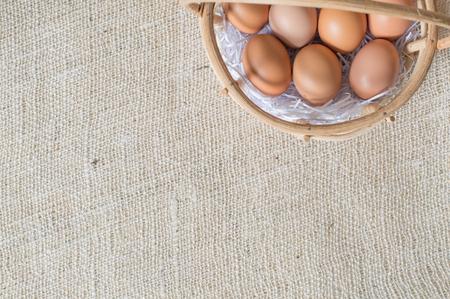 sacco juta: Uova in cestino di bambù su sacco di juta
