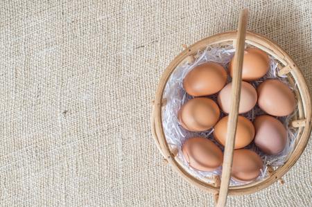 jute sack: Uova in cestino di bambù su sacco di juta