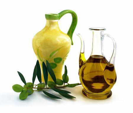 Carafe et petit pichet contenant de l'huile d'olive. Éventail blanc.