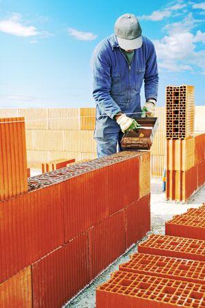 Mason building a brick wall. Reklamní fotografie
