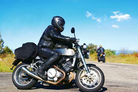 Schwarzer Lederbiker unterwegs Standard-Bild