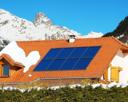 Roof of a house in the mountains equipped with solar panels 版權商用圖片